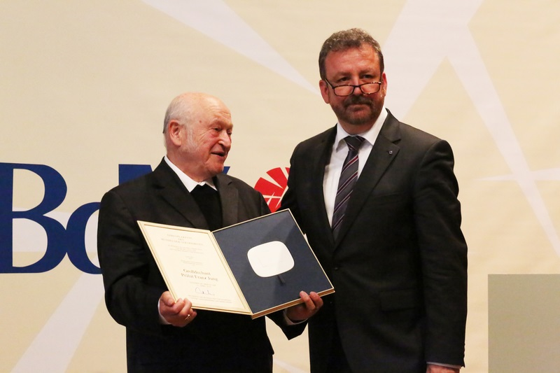Ehrung von Großdechant Prälat Franz Jung mit der BdV-Ehrenplakette